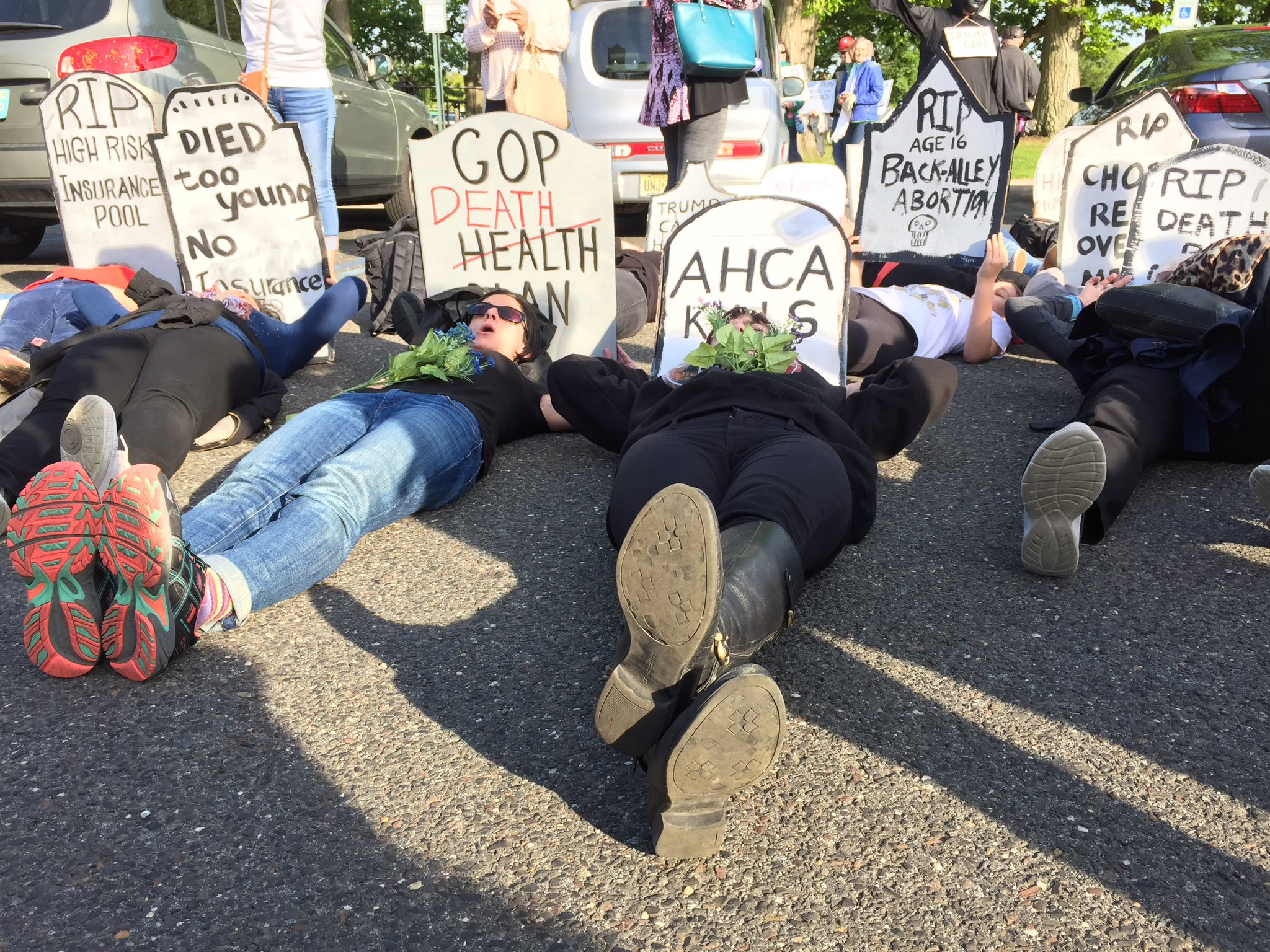 Die-in before MacArthur town hall: 'Red state, blue state, illness doesn't discriminate' https://t.co/reEnPihzeu