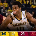 At the half: U-M 42, Minnesota 28 @DerrickWalton10 has 19 pts -- 7-for-9 from the field, 5-for-6 from deep #GoBlue https://t.co/7mni9zETBy