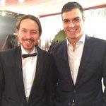 Pedro Sánchez se fotografía con el camarero de la copa de bienvenida antes de los #Goya2016 ???????????????????????????? @AbeInfanzon https://t.co/ADR9ld17vP