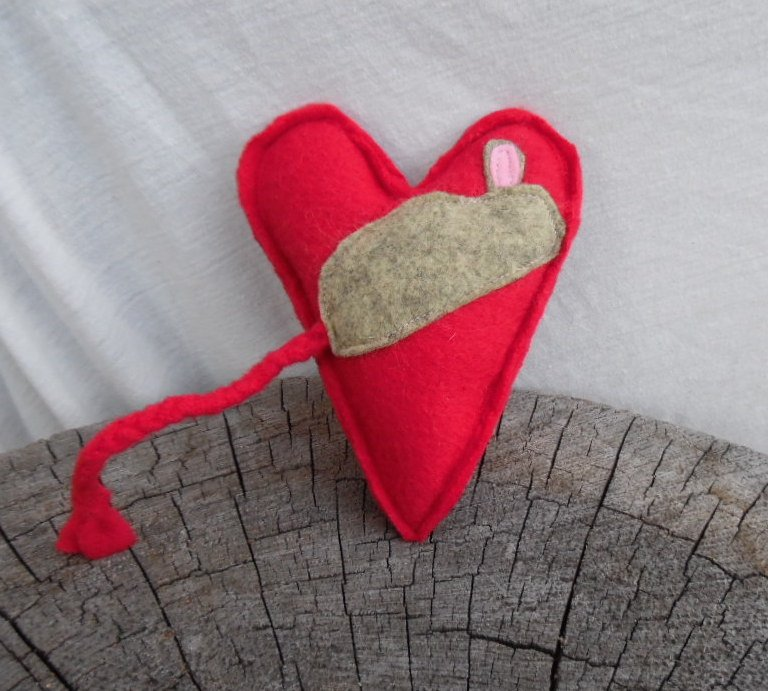 A #ValentinesDay mouse that won't soon die! Catnip mouse on fleece heart.  https://t.co/QpsTlxtPB3 https://t.co/dZxtR6ksc8