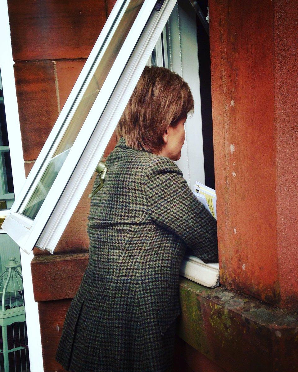 .@NicolaSturgeon getting a great response on the windowsills of Glasgow Southside #BothVotesSNP https://t.co/etx22fuQXM