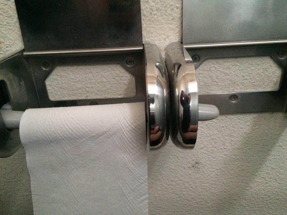 EDP近くの公園のトイレ入ったら紙の残量がハードゲージ2%くらいになってたので利用者は気をつけましょう https://t.co/0LK4b3dGFp