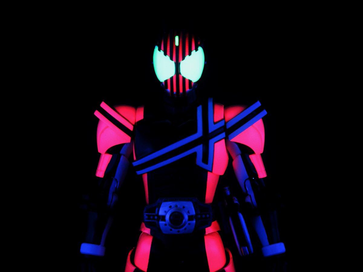 真骨彫ディケイドのアイリペ 明るく発色させるのに蛍光塗料つかった副産物でブラックライトで光る https://t.co/hF2HxKOAtQ