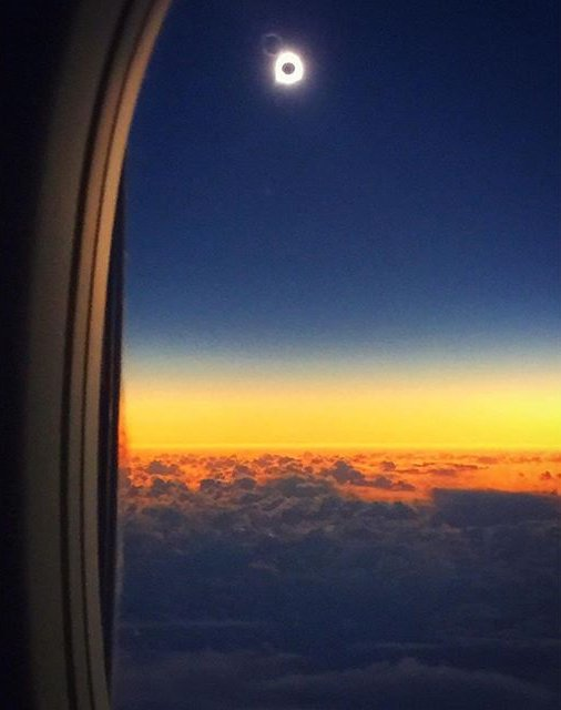 Now that's a view of the #Eclipse2016 from flight #870. Photo: Anchorage flight attendants Rachael C. & Sofia S. https://t.co/Sa6qOUysRu