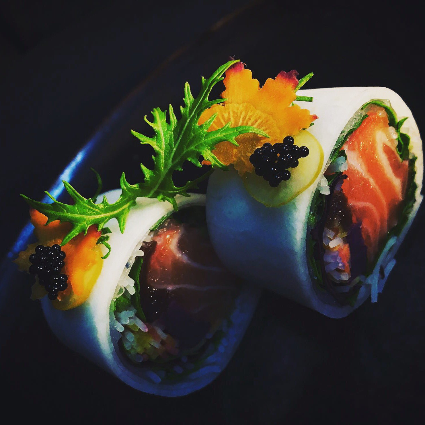 Ensalada de fideos de arroz, rúcula, zanahoria, papaya deshidratada, patata violeta y salmón envuelto en daikon. https://t.co/cYGiL3Qx3x