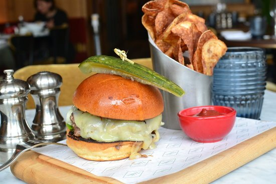 """The """"Ugly Burger"""" at The National in #Greenwich may be best burger in CT Here's why @gzchef  https://t.co/tPaJ4N1XP2 https://t.co/5qEQA2D0Qf"""