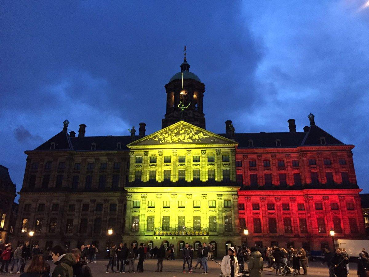 Het Koninklijk Paleis Amsterdam uitgelicht in de kleuren van de Belgische vlag. https://t.co/8lZRd12aGa