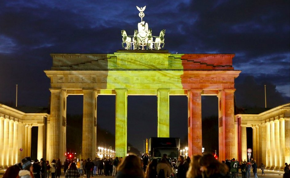 Allemagne berlin la porte de brandebourg aux couleurs for Porte in english