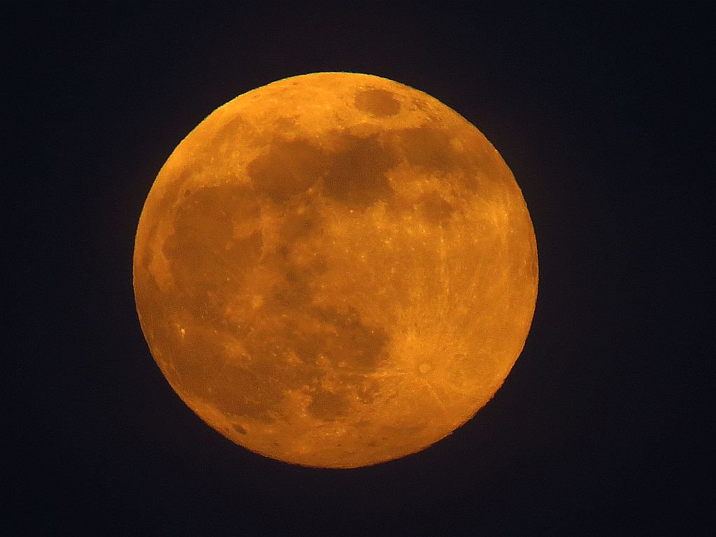 Burnt orange  99.9% near full moon #moonwatch #wonders #astronomy #photography  @SkyandTelescope @bbcweather https://t.co/4thWACoCOH