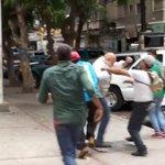 ÚLTIMA HORA: Imágenes de la agresiones al Jefe de la MUD en #Venezuela @ChuoTorrealba @Almagro_OEA2 https://t.co/mGaGYuKLk1