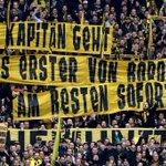 """La pancarta de la hinchada del Borussia Dortmund para Hummels """"El capitán abandona el barco. Entre más rapido,mejor"""" https://t.co/vAVcaaepAJ"""