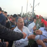 On 1st of the merry month of May, Arab Israeli MKs handed out flowers to Palestinian laborers crossing into Israel https://t.co/ENJDEjHfOo