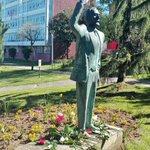 Rosas vermellas aos pes de Pablo Iglesias. A homenaxe do @psdegsantiago e UGTCompostela. Feliz #1deMaio @PSdeG @PSOE https://t.co/TQPWepbqe7