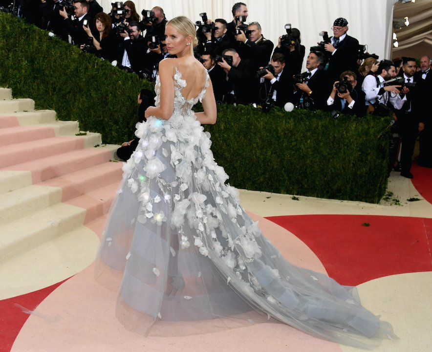 It's Lit: @karolinakurkova sports a light-up gown by @nyfw's @MarchesaFashion at the #MetGala. https://t.co/5V5CwhJ0Qz