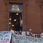 À létage du @McDonalds la police se tient prête à viser au #flashball à #Toulouse #capitole @ladepeche31 https://t.co/guZBgPeEaX