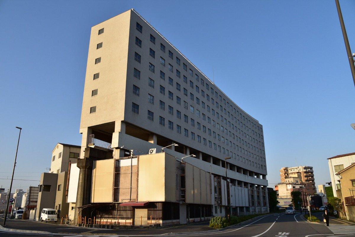 姫路モノレールの大将軍駅遺構である高尾アパートが間もなく解体されるとのことで見に来た。小さい頃から姫路を通るたびに気になってた建物。駅直結マンションという近未来的なものが1960年代に存在していたことがすごい。そして1年半で廃駅。 https://t.co/ryQZzrb434