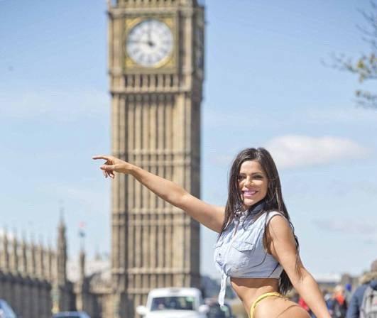 RT @LosAndesDiario: Miss Bumbum se paseó en tanga por Londres y paralizó el tránsito https://t.co/Kx5rASQV6D https://t.co/NQNTgdUcvZ