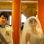 挙式に向かうエレベーター! フェアリーテールホールに向かうよ???? 自然な感じも幸せオーラが…(*´艸`*) #西又葵・三宅淳一結婚式 https://t.co/R25DaRlf1J