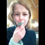 Une fille mange une pieuvre vivante - https://t.co/b2CISF34xq - #Folloback https://t.co/busHOyUeKa