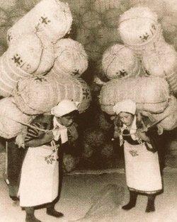大物マグロだって担げるね たまげた  米俵5俵300キロ(!)を担ぐ女性。現代人にこういう体の使い方はできなくなっている(山形・山居倉庫資料館) https://t.co/D4O7yUPSmJ