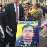 El Capitán Carlos Hernández lleva 18 años secuestrado y desaparecido. Su madre e hijos lo buscan. ¡Libérenlo ya! https://t.co/li9xaNbBan