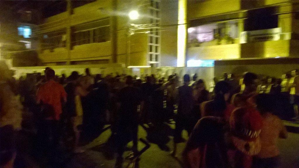 via @angyzh:  camión lleno de comida turmero y los policías se la agarraron para ellos y no  lo vendieron al pueblo https://t.co/GILyGNNfBV