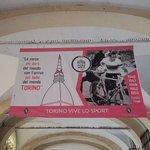 Ondertussen in Turijn (2). Coppi stapt ook even van de fiets. #giro https://t.co/vWsPDRyTFy