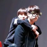 HOSEOK LOVES TO GIVE JUNGKOOK A BACKHUG???????? iM LIVING FOR THIS;-; HDFJDSFEFKUHWK https://t.co/AXBBmzwhCs