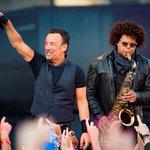 Bruce Springsteen crowd goes wild as Bono joins the Boss onstage https://t.co/jspMUVHvbI @springsteen @U2 https://t.co/EYknONZt58