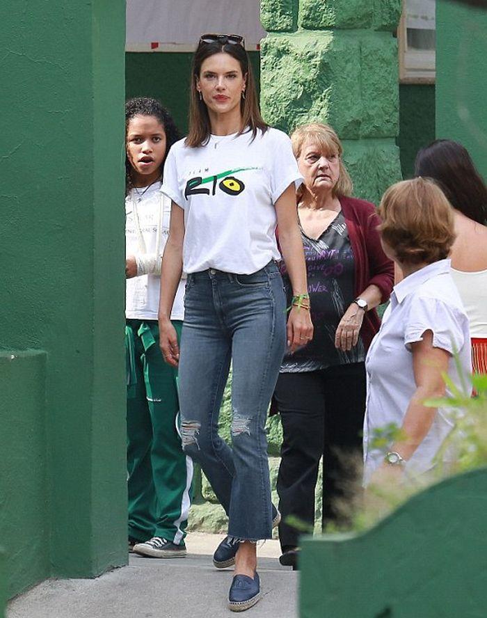 Alessandra Ambrosio in Mother ... - https://t.co/AVuuyi6wmO @alessandraambrosio @motherdenim #frayedhem #celebrity https://t.co/fnvR5cBvIq