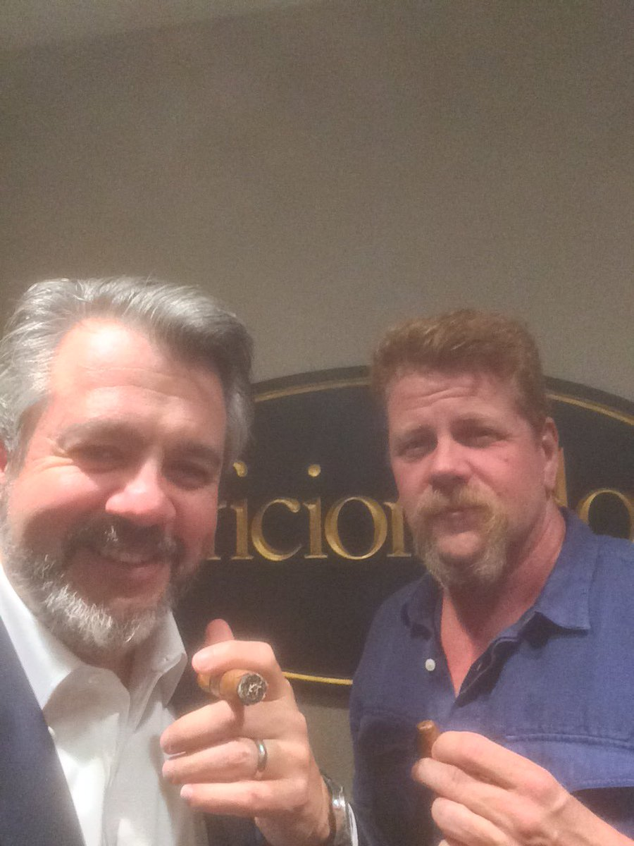 Smoking serious Bolivar Corona Gigantes with @Cudlitz of @TheWalkingDead . This guy knows his cigars. https://t.co/INLetAyIlS
