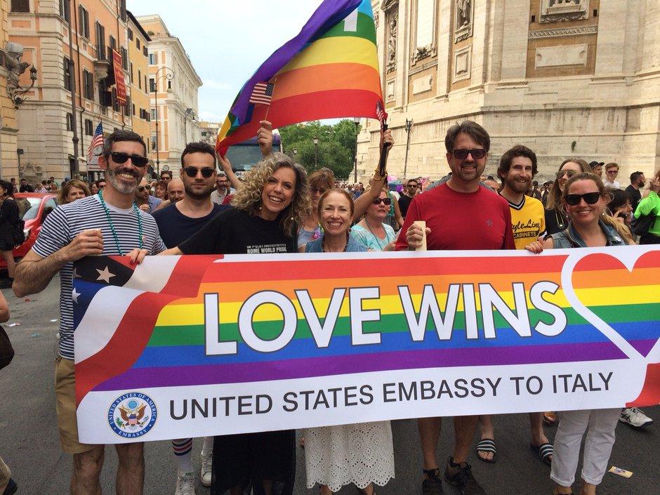 Oggi celebriamo i progressi raggiunti e riaffermiamo con forza dignità e uguaglianza per tutti. #RomaPride #LoveWins https://t.co/JNtJAAmUI8