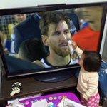 Маленькая девчонка вытирает слёзыМесси, который проиграл третий финал за два года. #россиялюбитфутбол #copaamerica https://t.co/kw0U17I4Wk