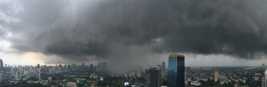 Ka-boom! Rainy season arrives in Bangkok. https://t.co/YLEEl2qa7U
