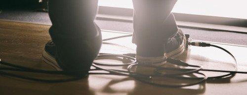 コンバースの定番、チャックテイラーの靴底に回路とセンサーを内蔵 左右にジャックを設け、靴自体がワウペダルとして駆動!? オールスターならぬ「Converse All Wah」!!  本気で出すつもりなのか・・・・・・!? https://t.co/QbqhNvXdsA