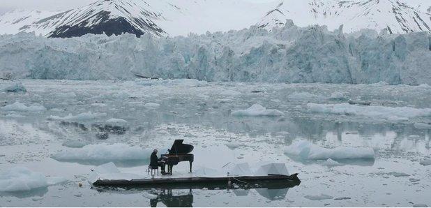 북극에서 피아노 연주! 이탈리아 피아니스트 루도비코 에이나우디는 그린피스의 협조를 얻어 북극의 특별 빙하무대에서 자작곡인 <북극을 위한 엘레지>를 세계 초연했다. 행동하는 예술가, 뜨거운 박수를 보냅니다! https://t.co/PK2iQDgbjF