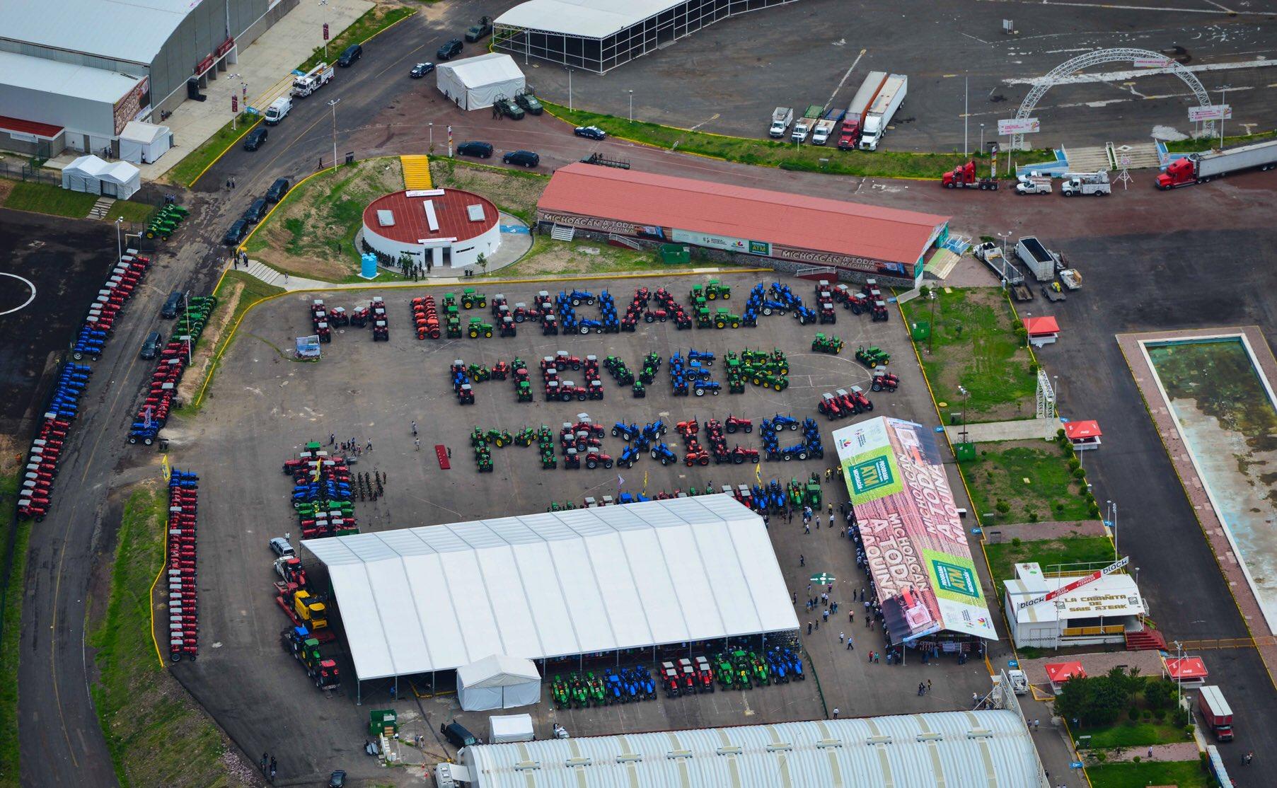 En Michoacán entregamos 500 tractores. En todo el país llevamos casi 8 mil y la meta son 25 mil https://t.co/N1W9khscs9