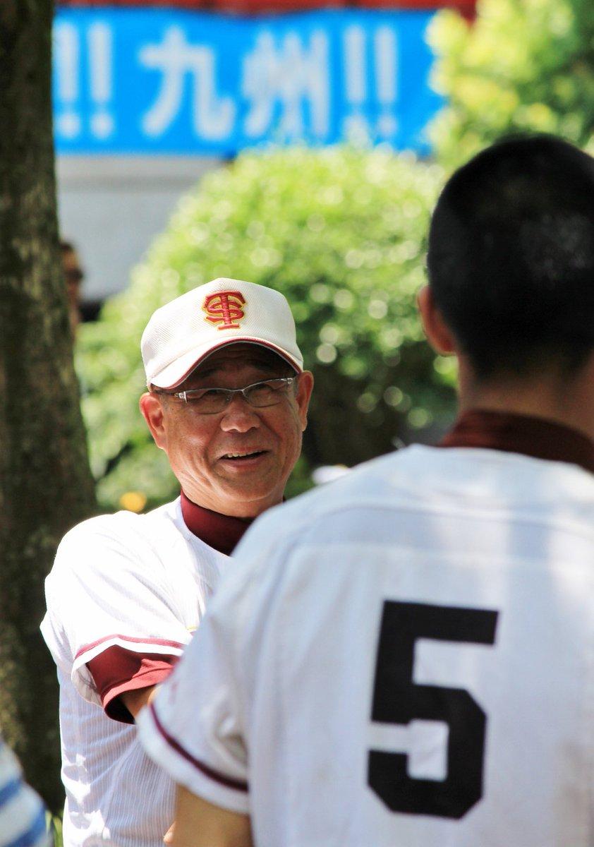 「こんなに沢山の方に応援して頂いて幸せ。子ども達は本当によく頑張った。褒めてやって下さい」大分鶴崎の木村隆一先生の話です。試合後、球場の外。整列した生徒一人一人に笑顔で話しかける様子が印象的でした。 https://t.co/ynZ0xe084E