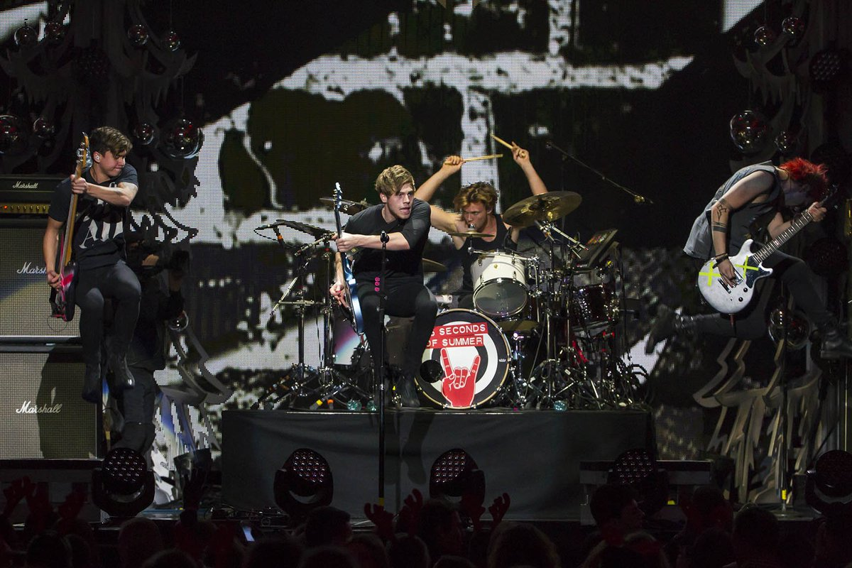 #TBT to when @5SOS blew @TheGarden away last Dec! The countdown is on until the #5SOSFAM take over MSG next Friday! https://t.co/tVRVKZ8NU7