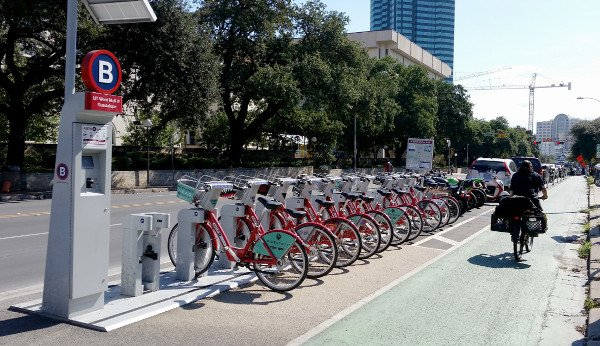 Equitable Bikeshare Requires Safe Bike Lanes https://t.co/FWA3KRr1V5 Must be networked & in all parts of cities too. https://t.co/arqVuquzgO