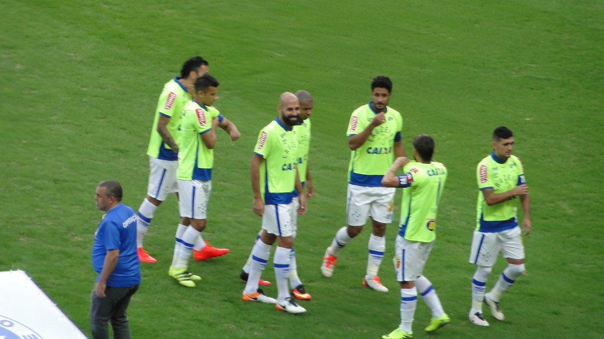 Marco Astoni  MarcoAstoniJogadores entraram em campo com a camisa do  goleiro Fábio c16e28bfbd930