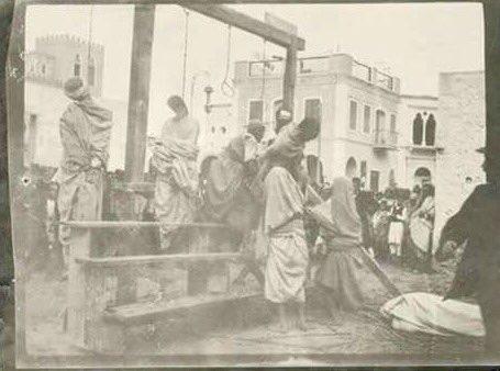 حكاية صورة نساء ليبييات يقمن بانزال ازواجهن من حبال المشانق بعد تنفيذ حكم الاعدام فيهم من الجيش إيطاليا بطرابلس1940م https://t.co/W7KVqC2oxT