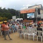 Vení que estamos en el Parque de Los Deseos, ya va a empezar el Festival Nacional de la Trova #FeriaDeLasFlores https://t.co/gyE7LE50Ym