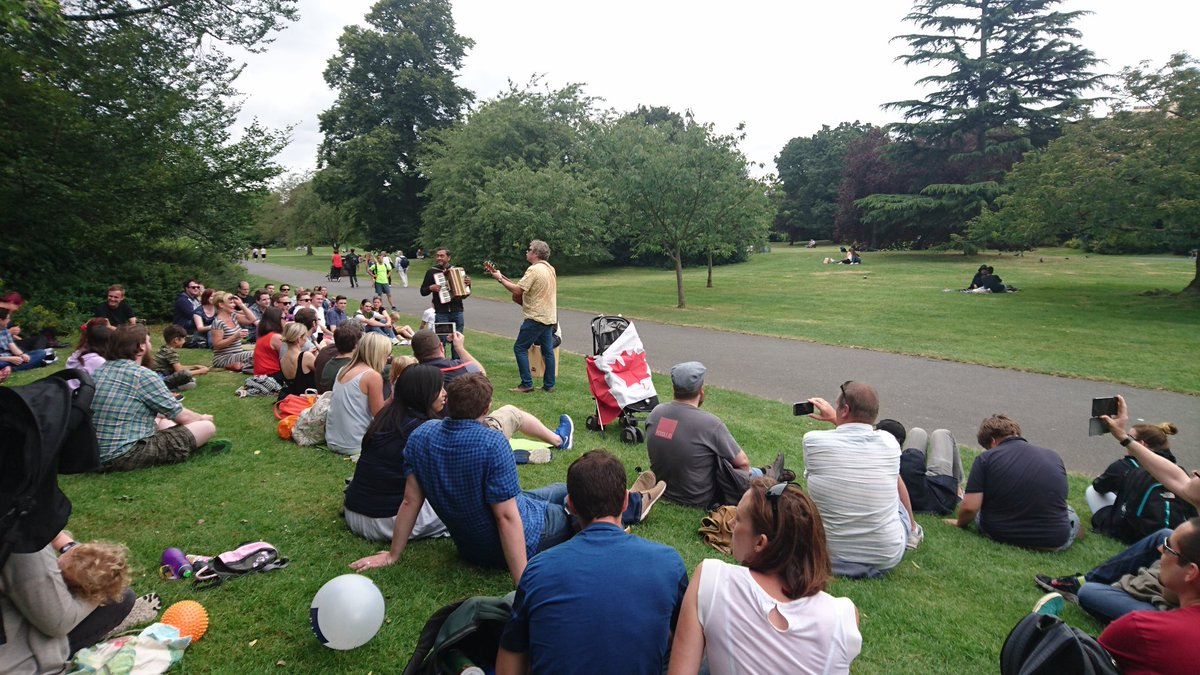 Random accordion guy just turned up during @stevenpage playing for peeps in Regents Park. https://t.co/CQFja0DgFv