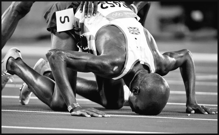 Mo Farah prostrates in thankfulness to God and Gaby whatshername said he fell on his knees exhausted. Gotta laugh. https://t.co/VNcV9F3mZY