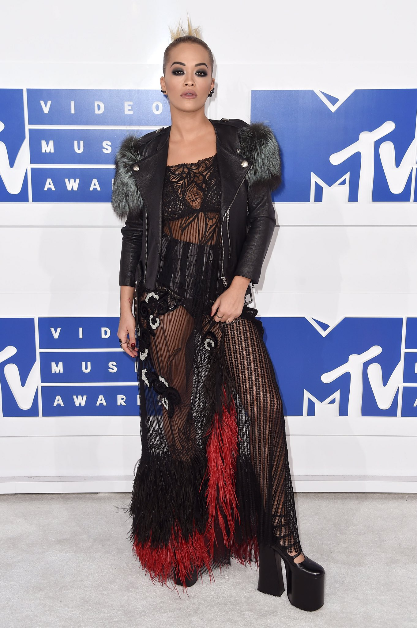 .@RitaOra wearing Marc Jacobs Fall '16 to tonight's #VMAs 🔥 https://t.co/ejQvBNtIID