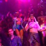 """Estamos AMANDO toda essa """"bagunça"""" no palco!!! Quebra TU-DO, @Rihanna! #VMAs https://t.co/IQXINNX9Mc"""