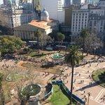 🍎🍐 Así está la Plaza de Mayo: consumidores hacen fila para recibir frutas https://t.co/axcblsCFuW | Foto: @soycabe https://t.co/kNq2EUE8db