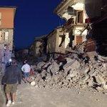 Appena ricevuta questa foto da un amico: il corso di Amatrice è così: si scava #terremoto https://t.co/ZMIedQrLsV