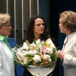 A advogada da acusação, Janaína Paschoal, recebeu flores na sessão de hoje. Cumprimentei-a pelo competente trabalho! https://t.co/2mCjkWEXej